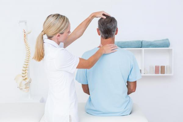 Chiropractor at Nichols Chiropractic offering services to a new patient